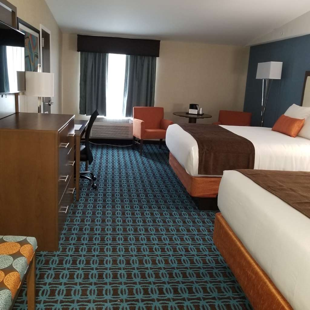 Best Western Plus Chelmsford Inn - Sleep the night away in our Queen Queen Oversized guestroom.