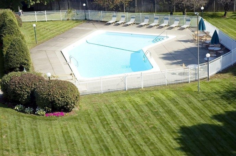 Best Western Plus Chelmsford Inn - Our seasonal outdoor pool is here for your leisure.