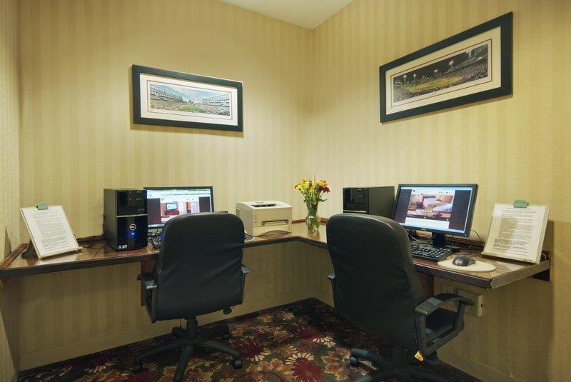 Best Western Plus Boston Hotel - El centro de negocios cuenta con dos estaciones de trabajo de uso gratuito con impresora.