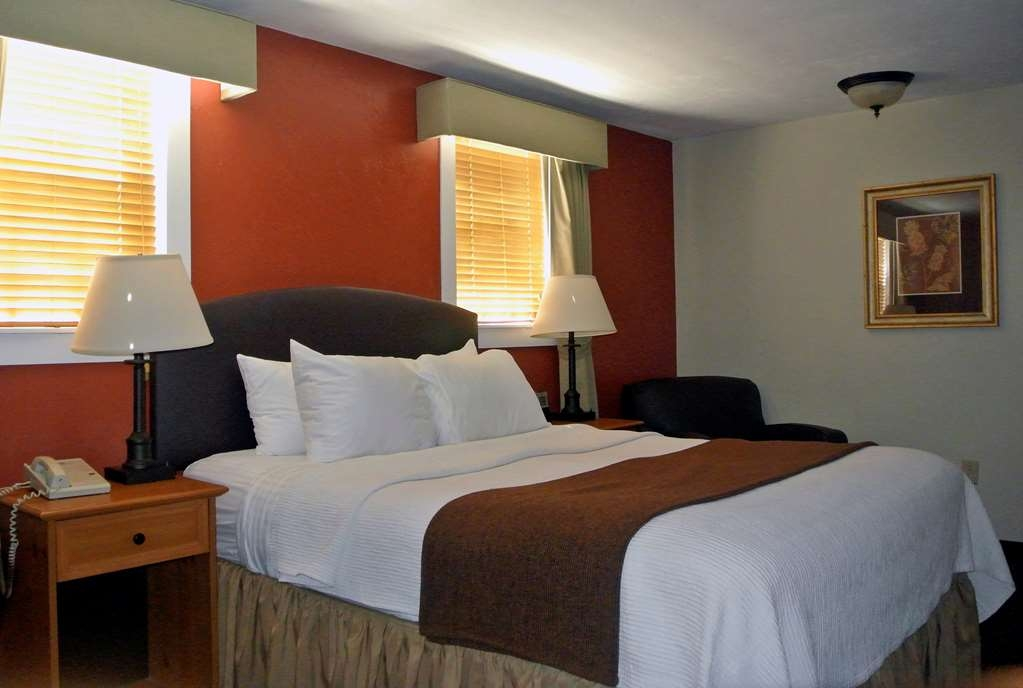 Best Western Plus Cold Spring - Our queen guest room is spacious and offers you a comfortable place to unwind.