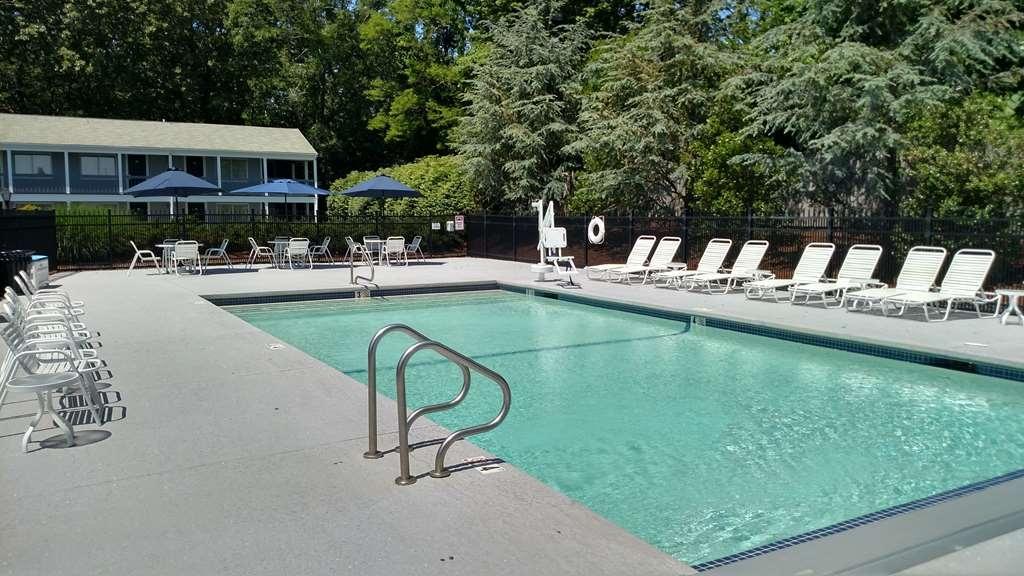 Best Western Plus Cold Spring - Whether you want to relax poolside or take a dip, our outdoor pool area is the perfect place to unwind.