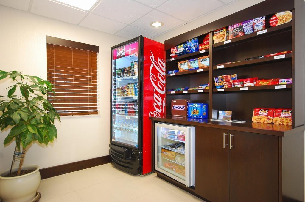 Best Western Plus Berkshire Hills Inn & Suites - Vous avez envie d'un encas ou d'une boisson? Faites un tour du côté des distributeurs automatiques et du snack-bar situés sur place, à la réception.