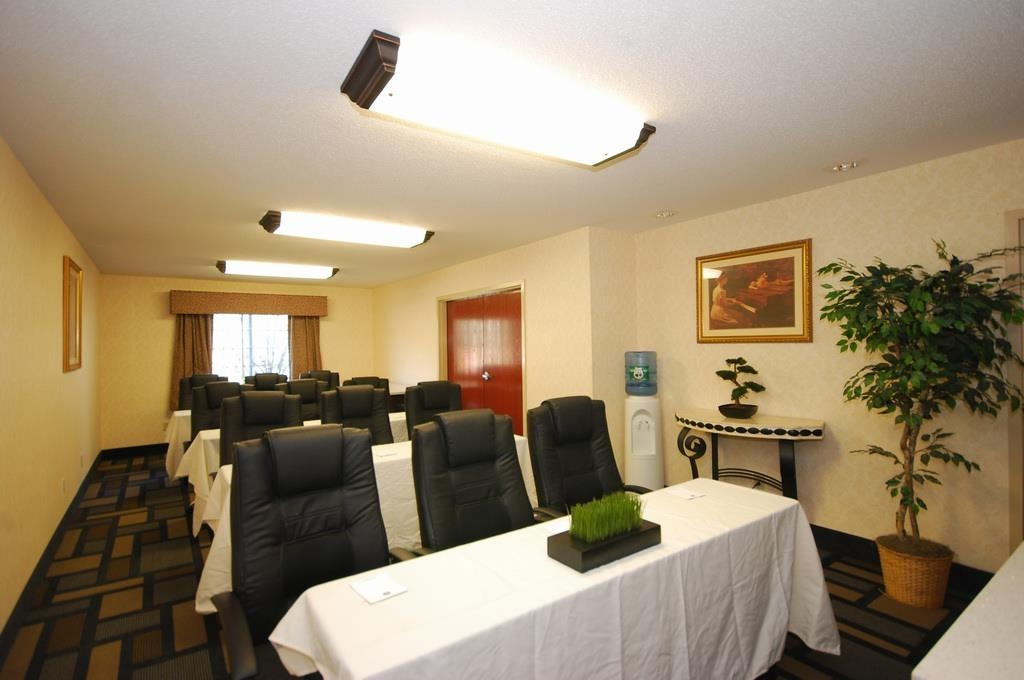 Best Western Plus Berkshire Hills Inn & Suites - Our meeting room is perfect for moderate sized gatherings, presentations or seminars.
