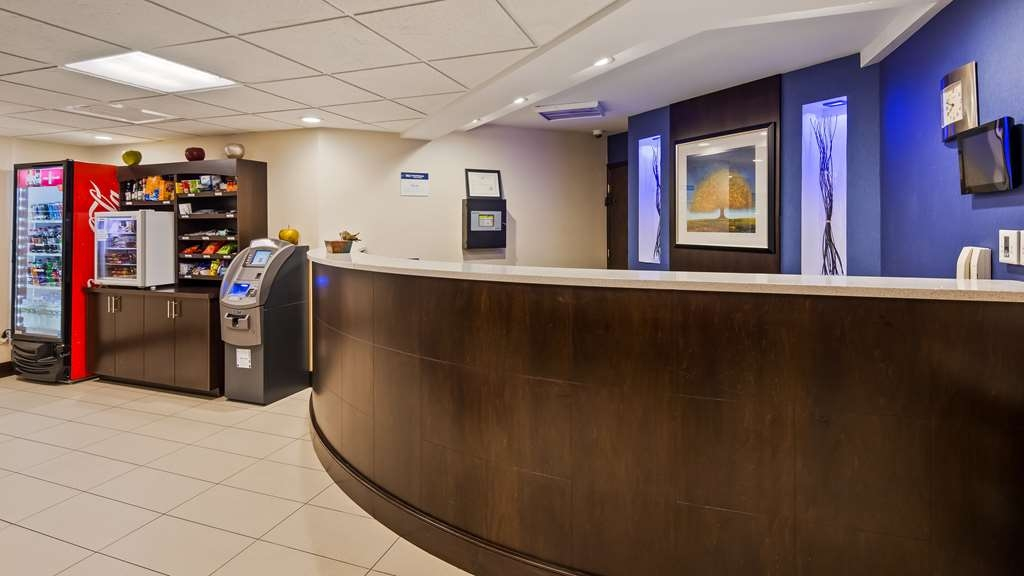 Best Western Plus Berkshire Hills Inn & Suites - Vista del vestíbulo