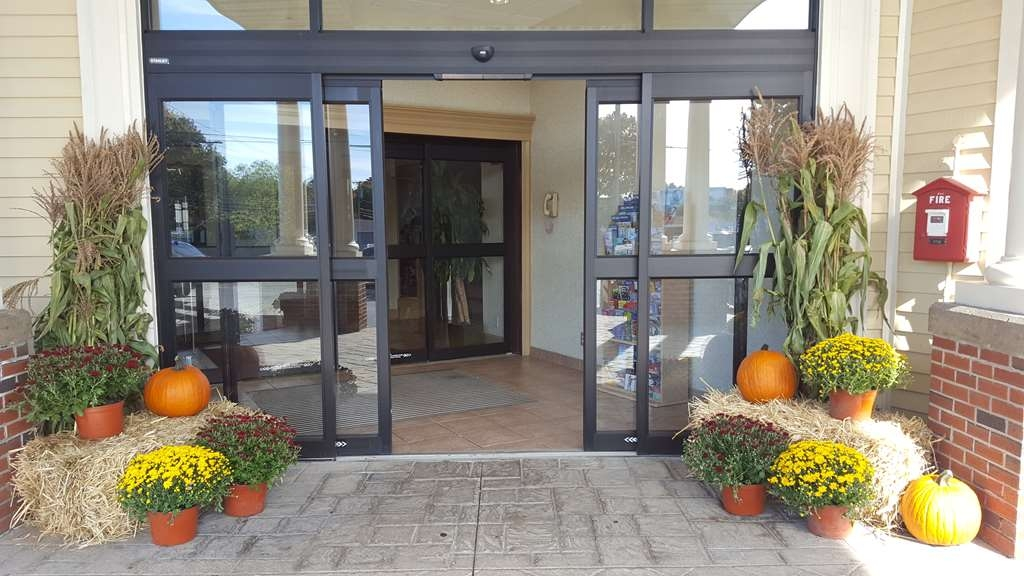 Best Western Plus The Inn at Sharon/Foxboro - Fall Decor