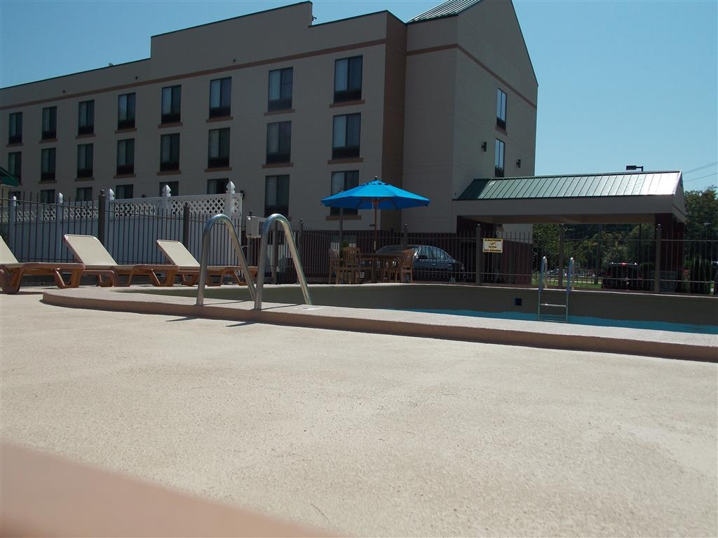 Best Western Springfield West Inn - Whether you want to relax poolside or take a dip, our outdoor pool area is the perfect place to unwind.