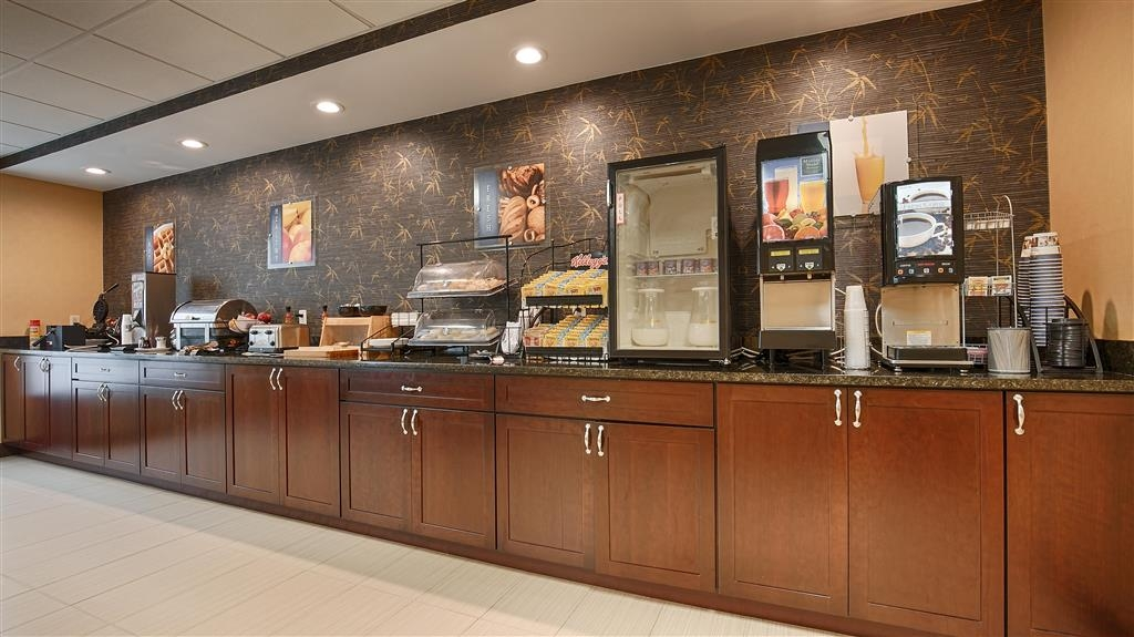 Best Western Springfield West Inn - Enjoy a balanced and delicious breakfast with choices for everyone.