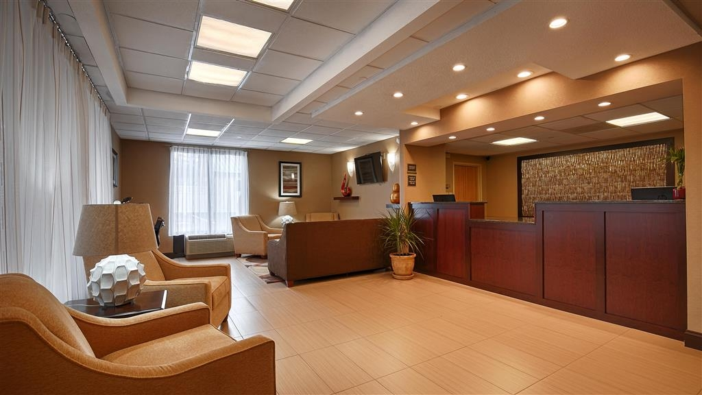 Best Western Springfield West Inn - Our lobby is the perfect spot to relax after a long day of work and travel.
