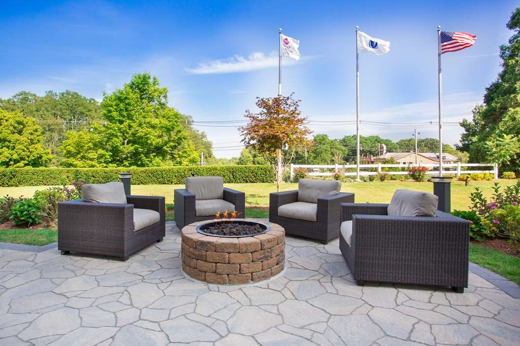 Best Western Plus North Shore Hotel - Come relax by our beautiful fire pit on our Outdoor Patio