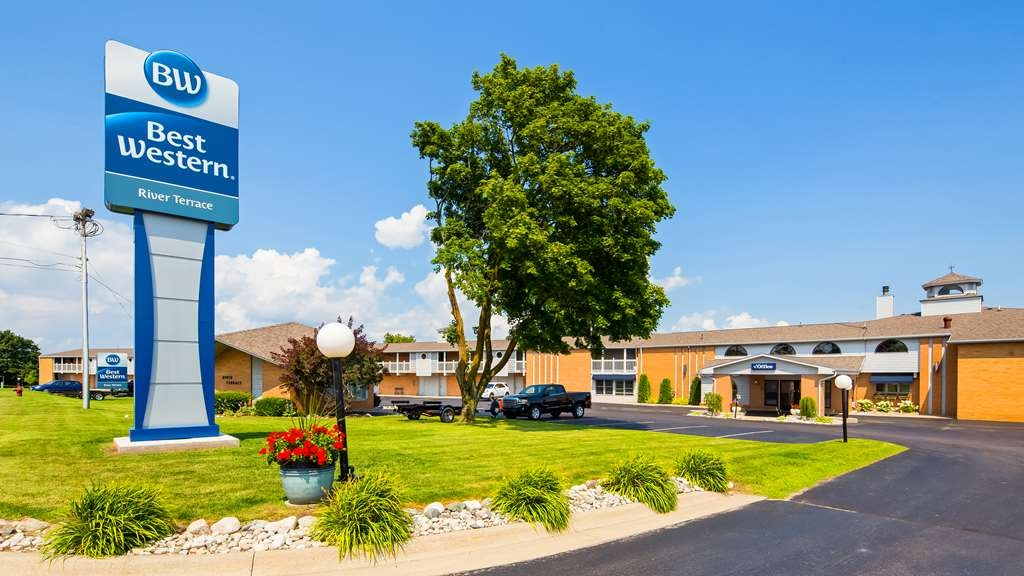 Best Western River Terrace - Choose this Cheboygan, Michigan hotel offering beautiful riverfront views and convenient access to Lake Huron and Mackinac Island.