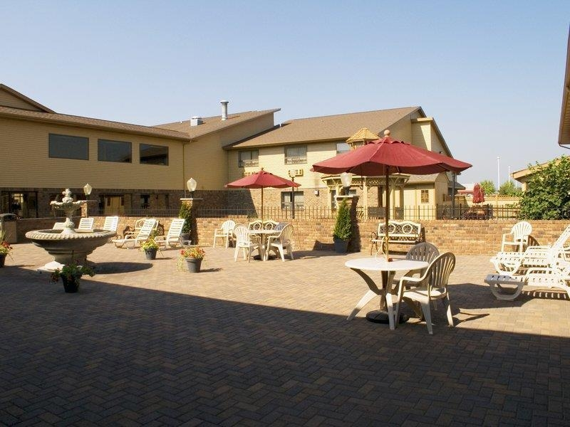 Best Western Lapeer Inn - Outdoor Courtyard