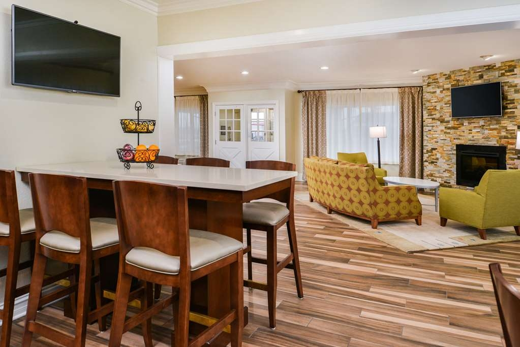 Best Western of Hartland - Our lobby area makes for a great place to meet up with friends and family.