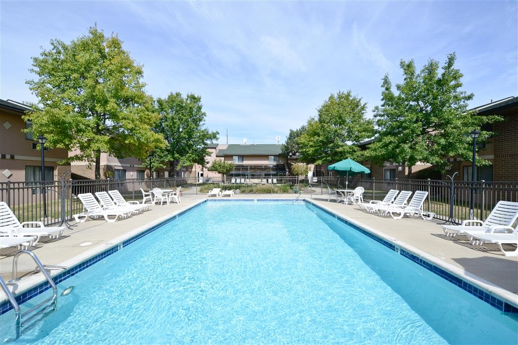 Best Western Detroit Livonia - Take a refreshing dip in our sparkling blue outdoor pool, perfect to enjoy during sunny weather!