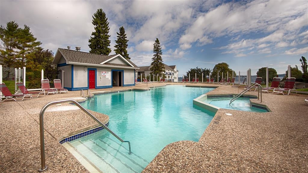 Best Western Harbour Pointe Lakefront - Outdoor Swimming Pool