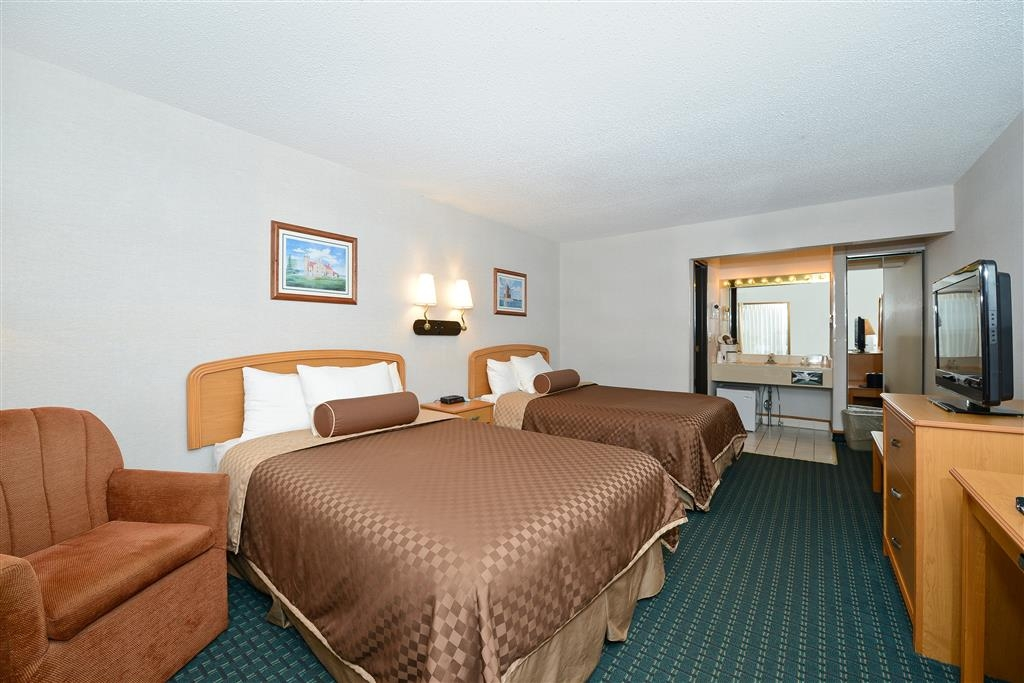 Best Western Harbour Pointe Lakefront - Two Double Beds with Partial Lake View - This is our traditional, one story building. Please Note: Rollaway beds are not available for this room type.