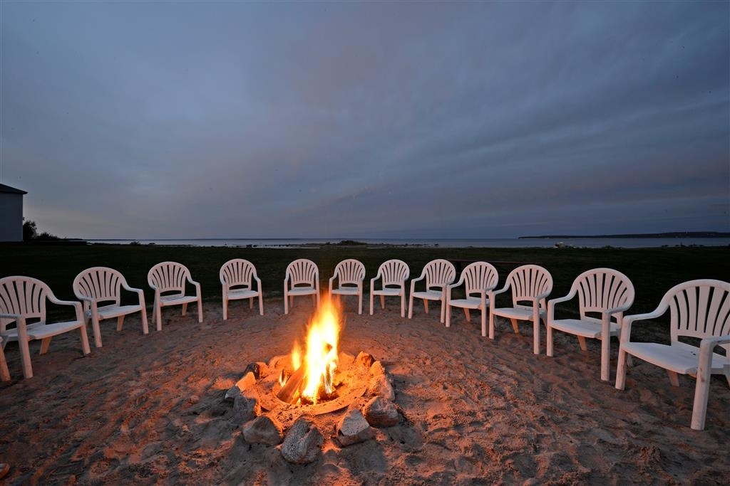 Best Western Harbour Pointe Lakefront - The nightly beach bonfire & marshmallow roast takes place at dusk each evening, weather permitting.
