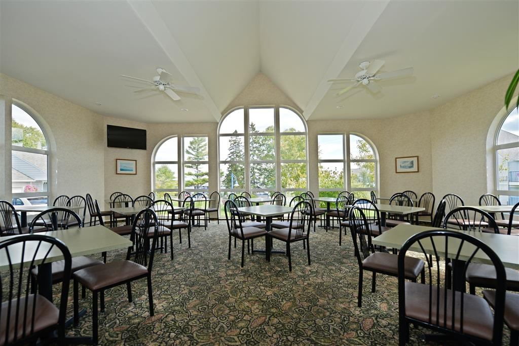 Best Western Harbour Pointe Lakefront - Breakfast room serving free hot breakfast daily.