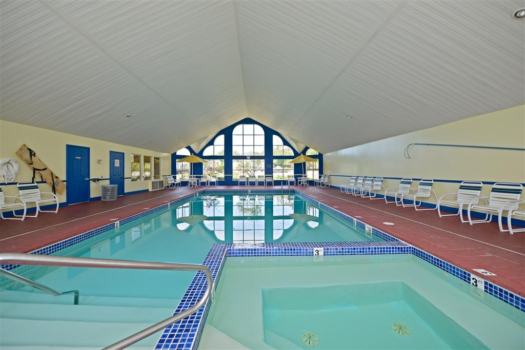 Best Western Harbour Pointe Lakefront - Indoor Heated Pool & Hot Tub