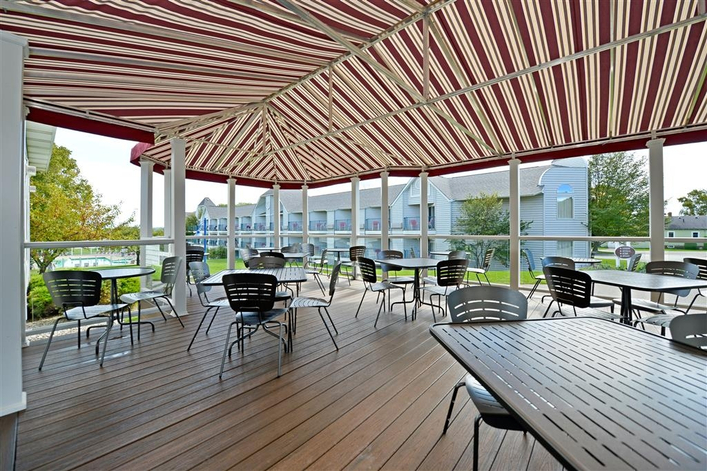 Best Western Harbour Pointe Lakefront - Enjoy the free hot breakfast on the outside patio. A Best Western Harbour Pointe Lakefront exclusive!