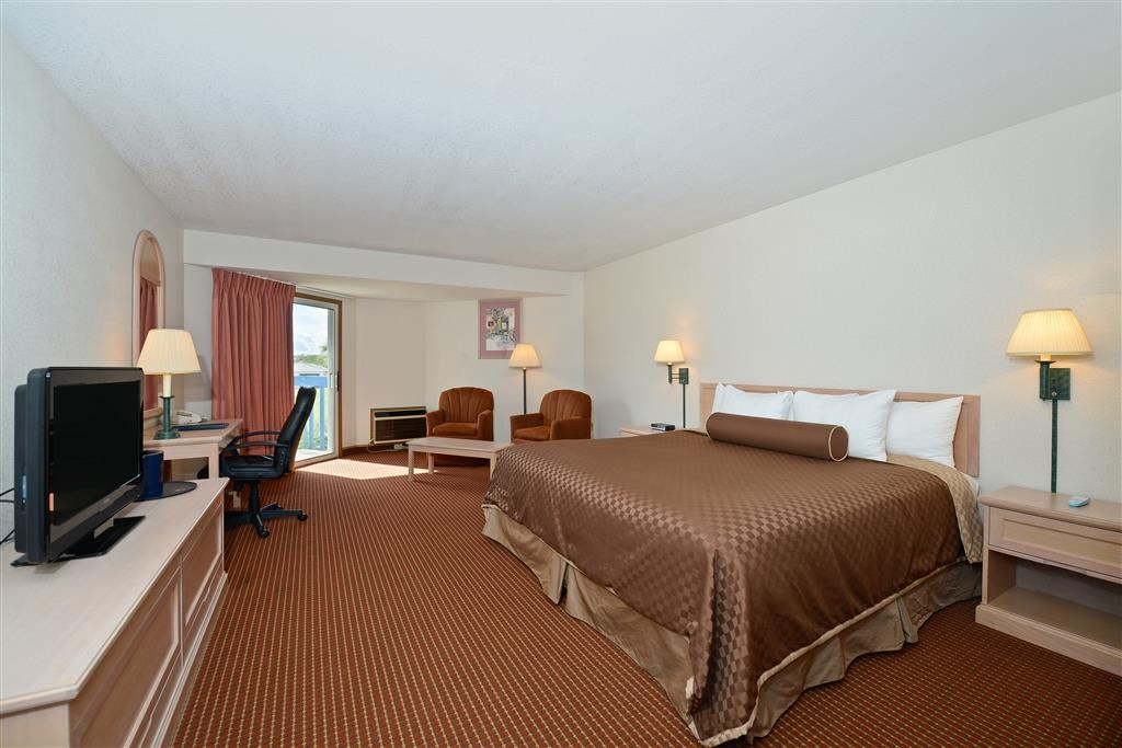 Best Western Harbour Pointe Lakefront - For the budget conscious traveler who enjoys a private balcony with a partial lake view and plush king bed.