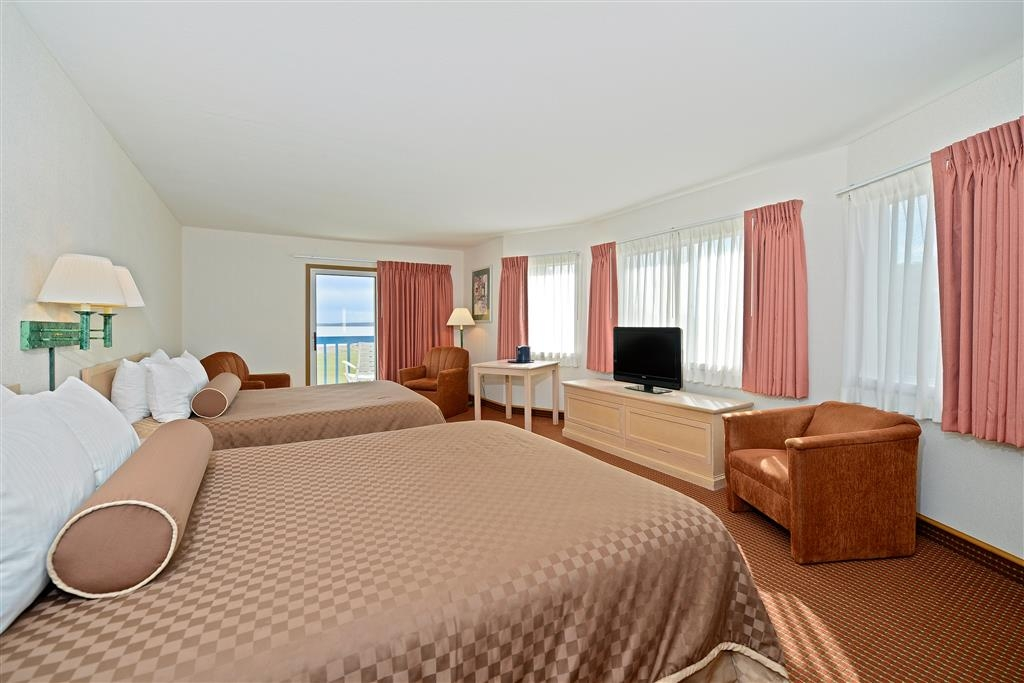 Best Western Harbour Pointe Lakefront - Perfect for families that love easy accessibility to playground, both pools & spas and the nightly bonfire and marshmallow roast.