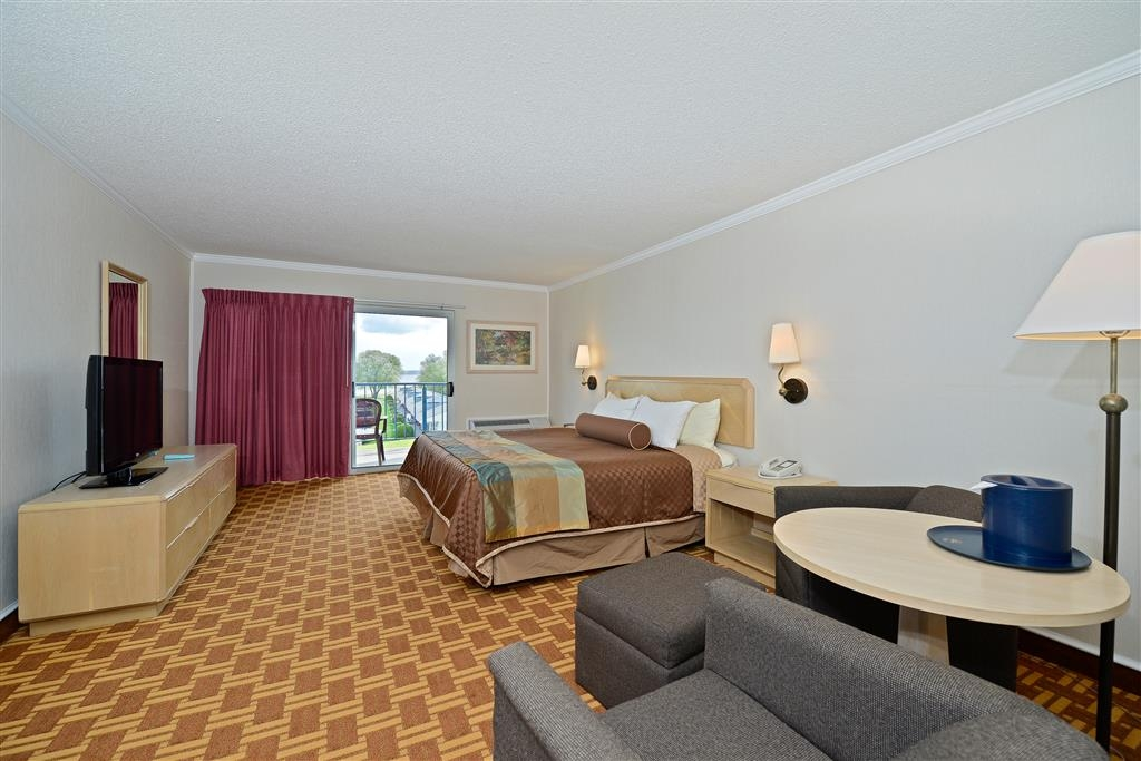 Best Western Harbour Pointe Lakefront - For those that like picturesque views of Mackinac Island, this spacious room is the perfect choice.