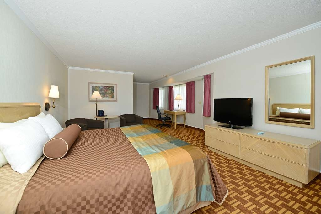 Best Western Harbour Pointe Lakefront - King Suite with Sofa Sleeper and private balcony