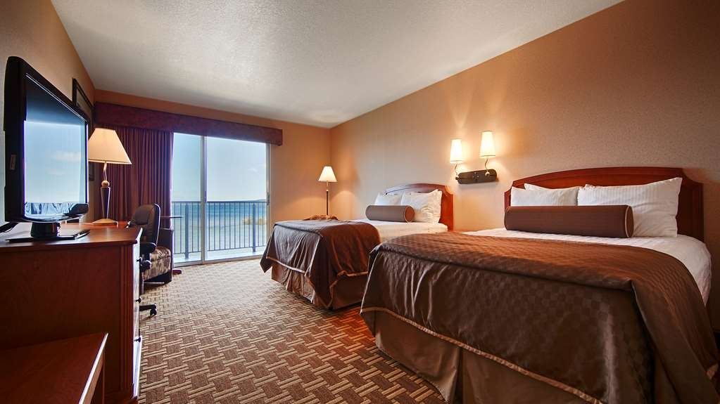 Best Western Harbour Pointe Lakefront - Experience breathtaking views from your large, private balcony located approximately 35 feet from the Straits shoreline.
