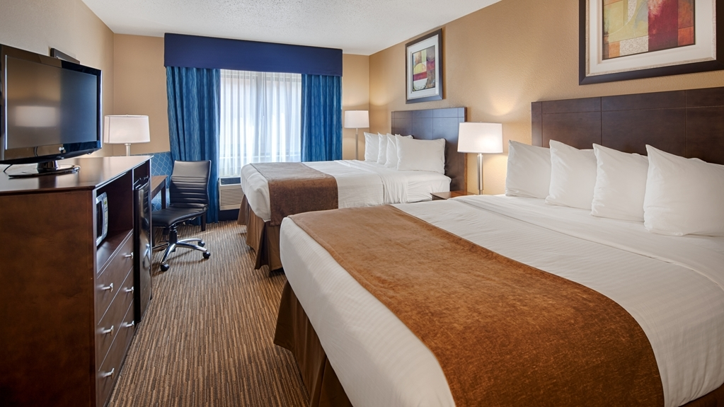 Best Western Port Huron Blue Water Bridge - Sink into the comfort of our cozy mattresses in our double queen guest room after a long day of work & play.