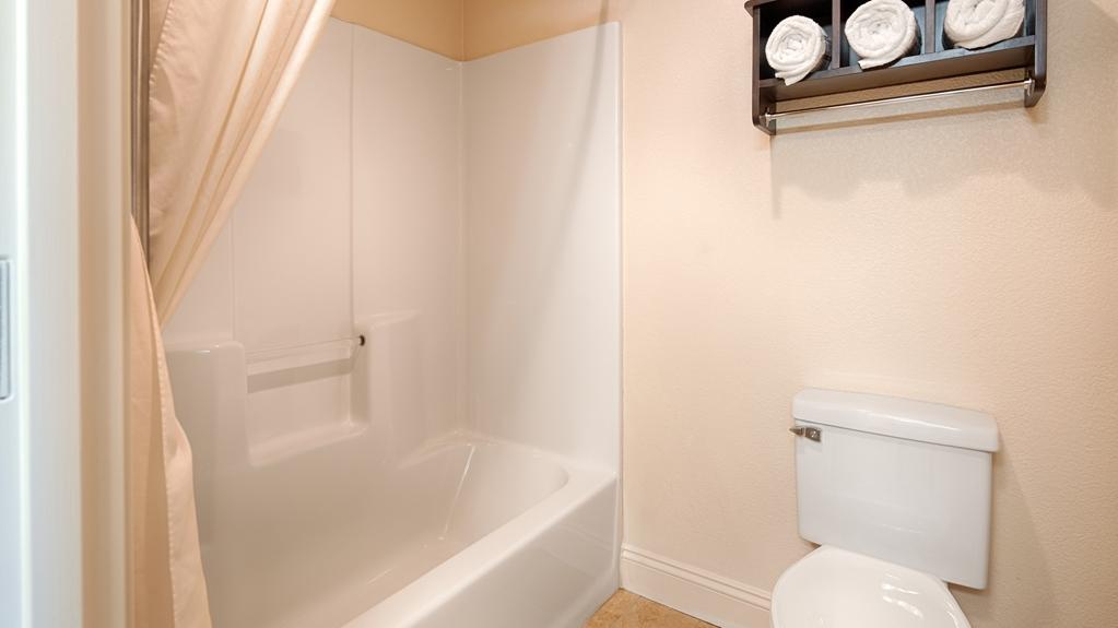 Best Western Port Huron Blue Water Bridge - Standard guest bathroom