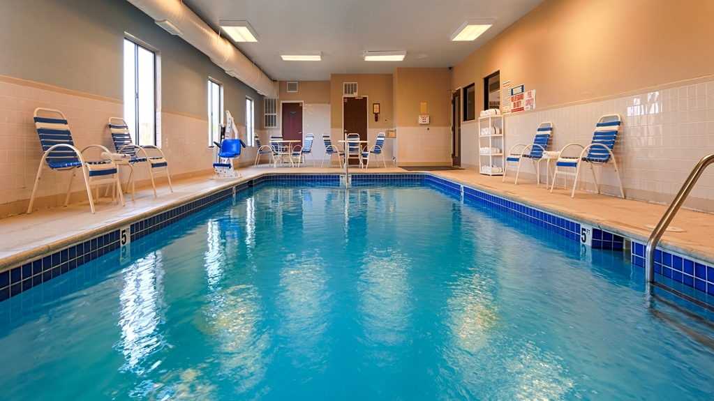 Best Western Port Huron Blue Water Bridge - Relax poolside or take a dip. Our beautiful indoor pool is perfect for unwinding after a day of work or shopping.