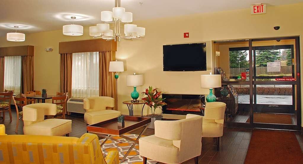 Best Western Port Huron Blue Water Bridge - Renovated modern lobby with fireplace and large TV to watch the latest sports game or breaking news story.