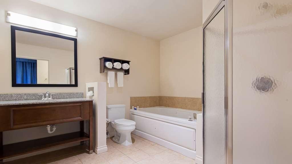 Best Western Port Huron Blue Water Bridge - Whirlpool Suite Bathroom