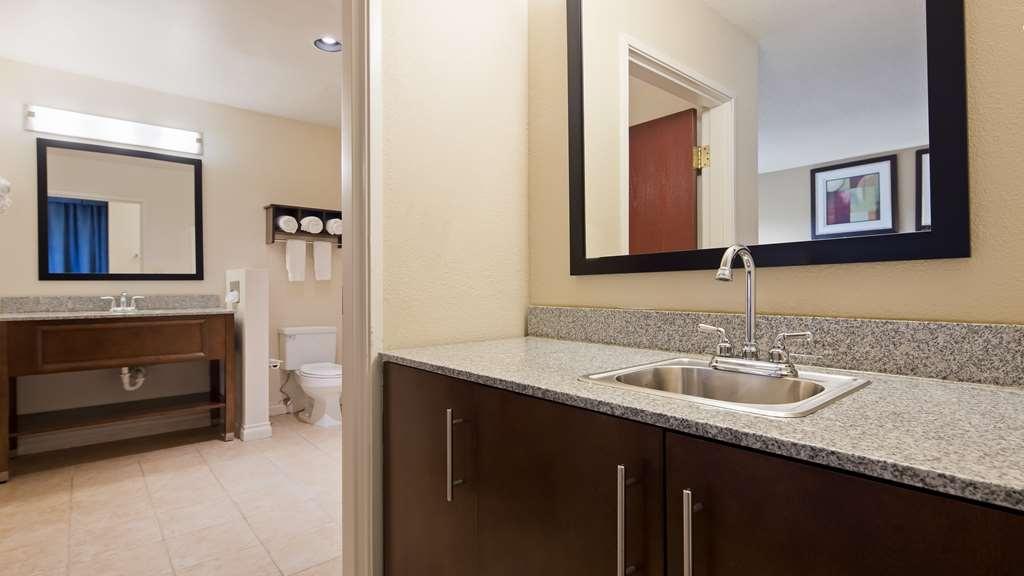 Best Western Port Huron Blue Water Bridge - Vanity bar top & Whirlpool Suite Bathroom