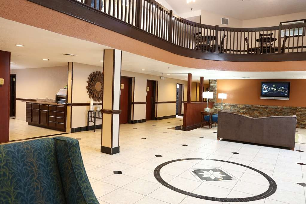 Best Western Hospitality Hotel & Suites - Enjoy time with family and friends in our extral large lobby area.