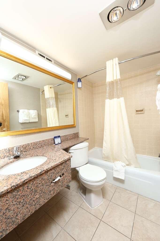 Best Western Hospitality Hotel & Suites - Verwöhnen Sie sich in unserem geräumigen Gästebad.