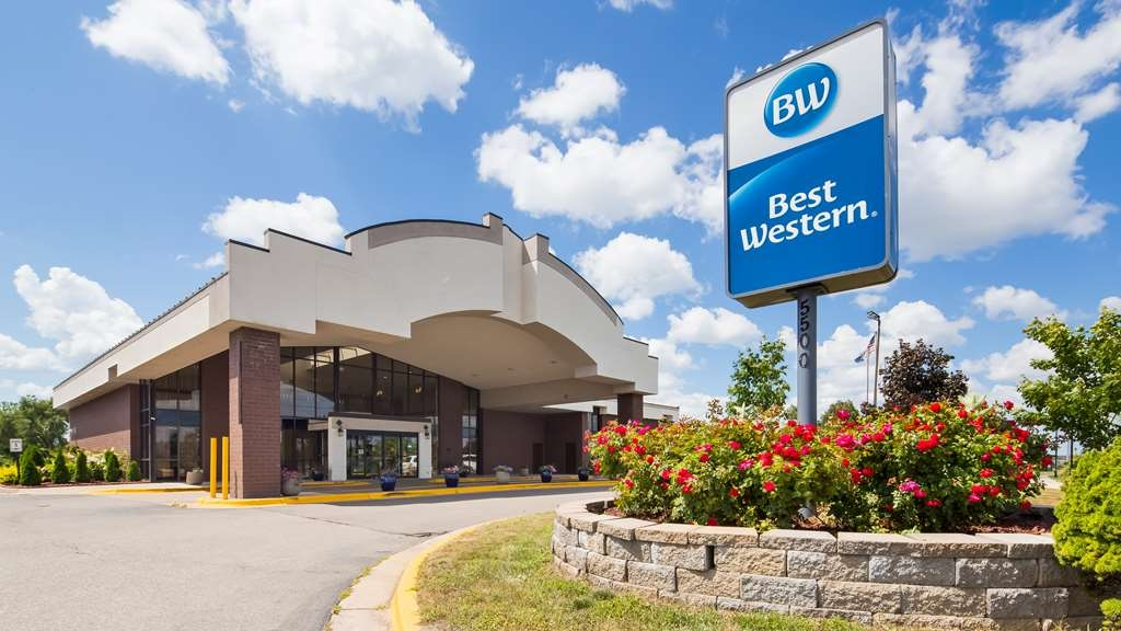 Best Western Hospitality Hotel & Suites - The Best Western Hospitality Hotel & Suites is located just three miles away from Gerald R. Ford International Airport.