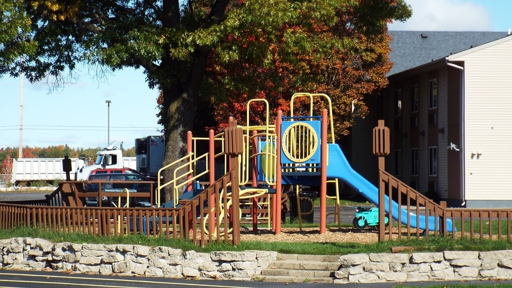 Best Western Lakewinds - Outdoor Play Area with a Large Deck and Charcoal Grills