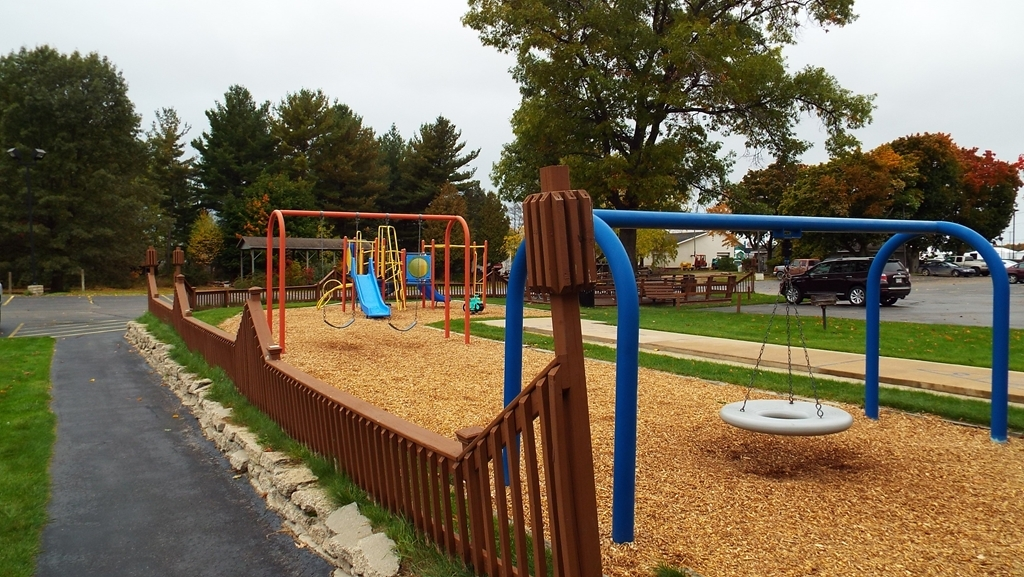 Best Western Lakewinds - Outdoor Play Area, large deck and charcoal grills.