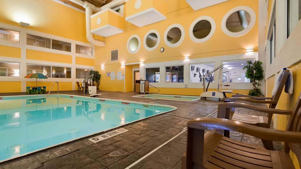 Best Western Lakewinds - The indoor pool is perfect for swimming laps or taking a quick dip any time of the year.