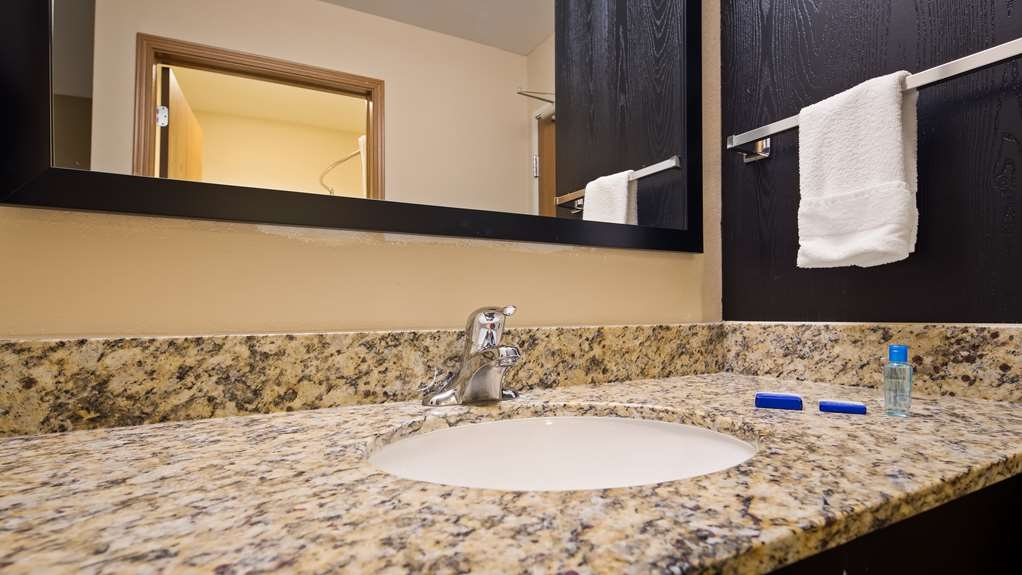 Best Western Lakewinds - Enjoy getting ready for the day in our fully equipped guest bathrooms.
