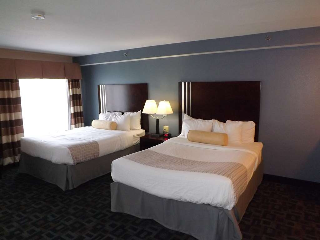 Best Western Plus Kalamazoo Suites - There's plenty of space in our two queen guest room for sleeping, eating and working.