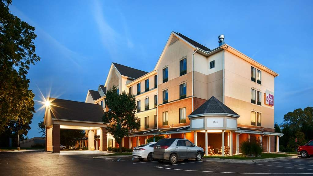 Best Western Plus Kalamazoo Suites - This Kalamazoo hotel features 64 well-appointed suites, each fully-equipped with cable satellite television and free wireless high-speed Internet access.
