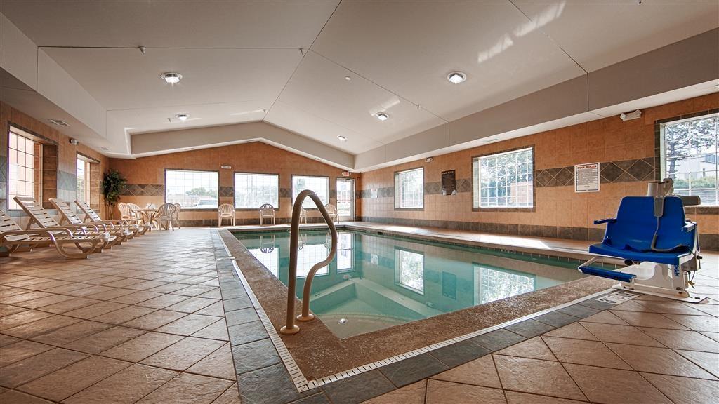 Best Western Executive Inn & Suites - Vista de la piscina