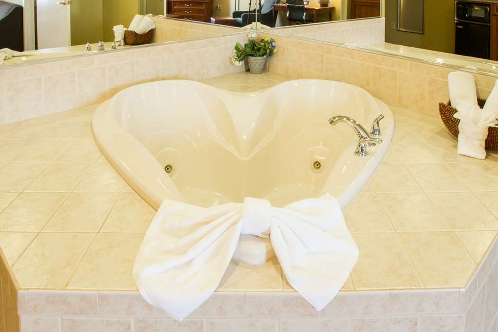 Best Western Executive Inn & Suites - Heart-Shaped Spa