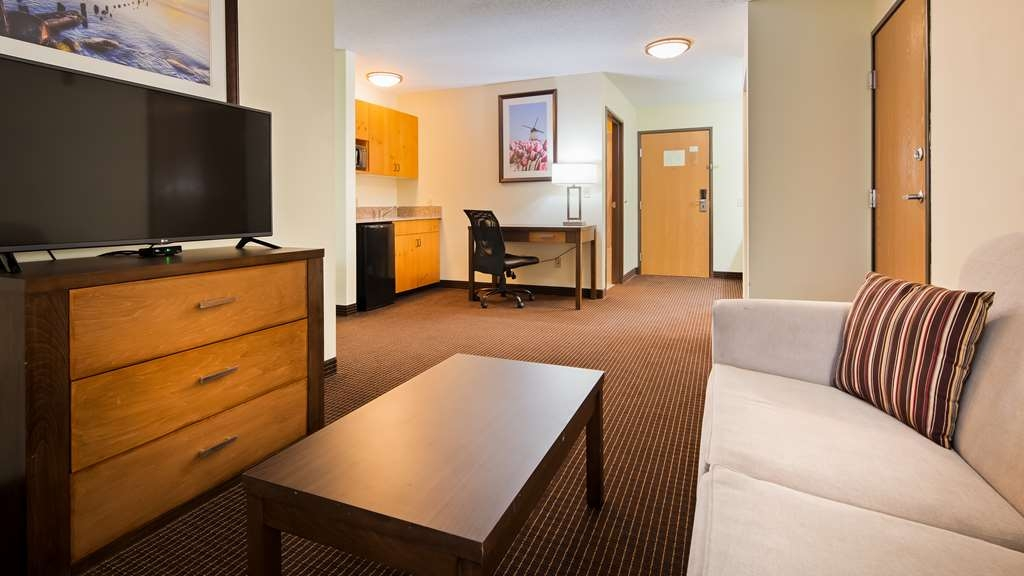 Best Western Plus Holland Inn & Suites - Relax and enjoy an In-Room Jacuzzi in our Luxury Whirlpool King Suite