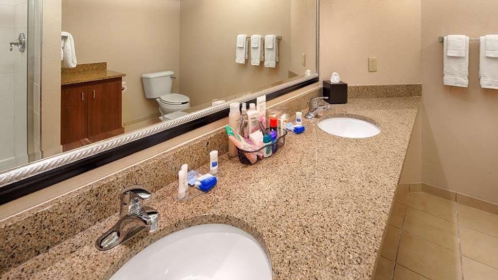 Best Western Benton Harbor-St. Joseph - Guest Bathroom