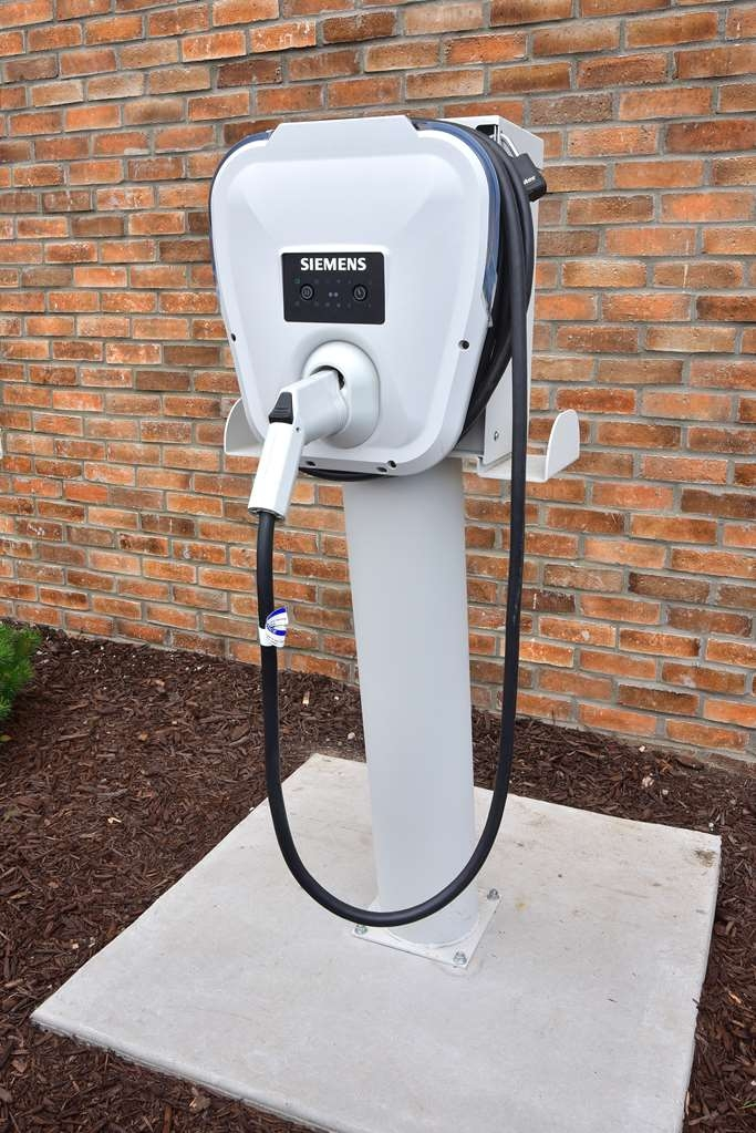 Best Western Plus Flint Airport Inn & Suites - Electric Charging Station
