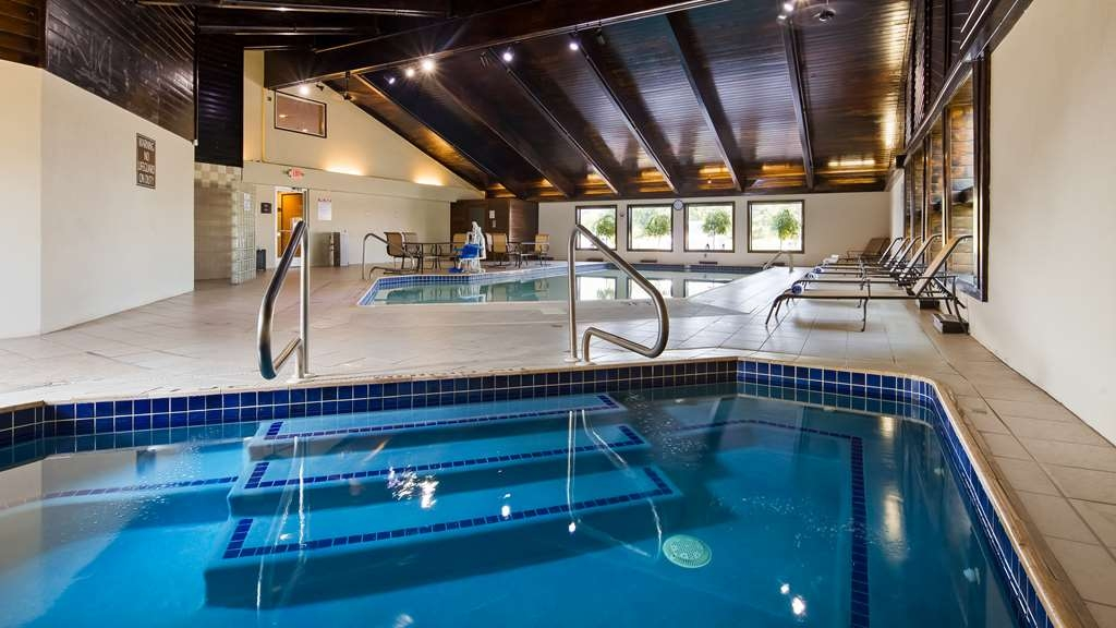 Best Western Plus Flint Airport Inn & Suites - Relax in our hot tub or splash around in our indoor pool.