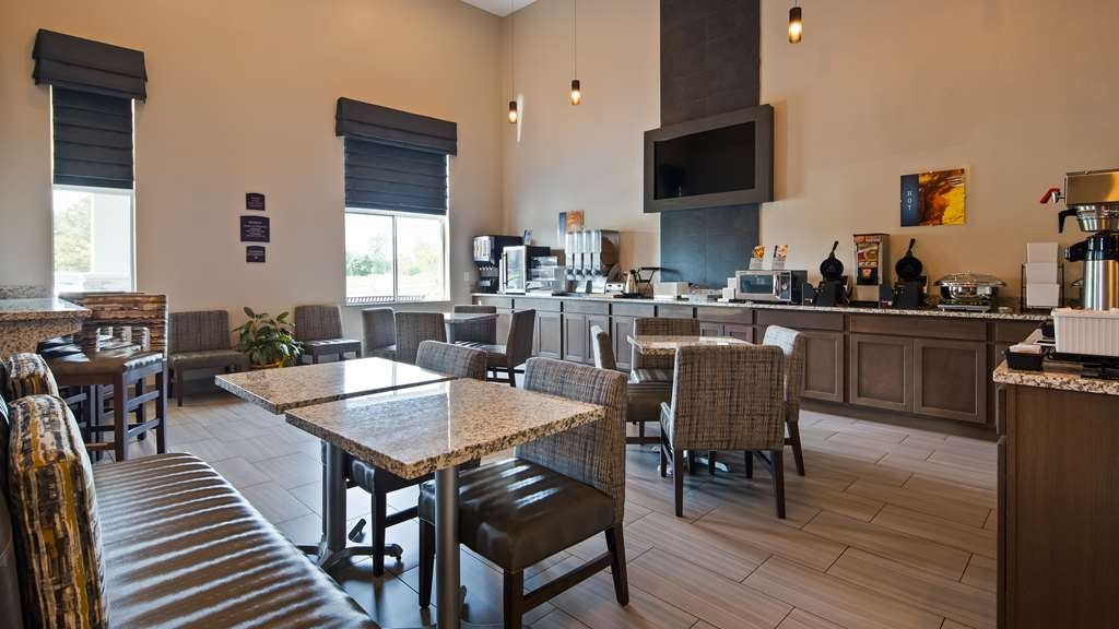Best Western Plus Flint Airport Inn & Suites - Enjoy a balanced and delicious breakfast with options for everyone.